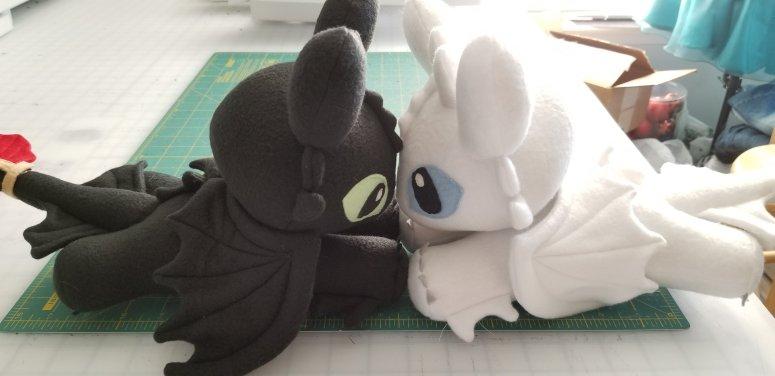 How to Train Your Dragon Night Fury Plush & Light Fury Plush kissing